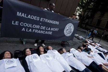 ACTION DE VISIBILITE MEDECINS DU MONDE LYONMALADES ETRANGERS : LE COULOIR DE LA MORT A LA FRANCAISEAIDES LA CIMADE MEDECINS DU MONDE LA CASE DE SANTE L OBSERVATOIRE DU DROIT A LA SANTE DES ETRANGERS QUATRE ANS JOUR POUR JOUR APRES LA REFORME DU DROIT AU SEJOUR POUR SOINS ET LA VEILLE DES DEBATS PARLEMENTAIRES AUTOUR DE LA FUTURE LOIN IMMIGRATION NOS ASSOCIATIONS DENONCENT LE TRAITEMENT INHUMAIN RESSERVE PAR L ETAT A DES MALADES ETRANGERSDIE IN DEVANT LA PREFECTURE DU RHONE LYON LE 16 JUIN 2015