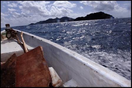 Ilôt de T'samporo, à 5km des côtes de Mayotte. 15 mn en kwassa-kwassa de traversée. Aujourd'hui, les alizées tapent fort.  Des clandestins anjouanais, débarqués sans savoir sur cet îlot, attendent une aide d'urgence. Pas d'eau potable, ils vont la chercher dans un put. Ils pêchent ou vole les vergers mahorais pour survivre. Il n'y a rien sur cet îlot. Que des champs de culture (bananes, oranges,..) appartenant à des locaux majorais. Ils sqauttent même leurs bangs. Pour certains cela fait un mois qu'ils y végètent, sans rien pouvoir faire. Soit ces clandestins ont un numéro familial sur Mayotte et essayent de récolter la somme de 50 à 300 euros pour les faire passer de l'autre côté .  Pour d'autres, sans aucune attache, ils disent même attendre la Paf pour les sauver et les ramener à Anjouan.  Cet après-midi là, des clandestins regardent l'évacuation d'un des leurs, bléssé lors de leur voyage en kwassa depuis anjouan.  Bras cassé.  Les pompiers prévenus par la police viennent le secourir pour l'amener au plus proche. Et il sera évacué vers l'hôpital de Mamoudzou puis surement reconduit.  3 juin 2012.