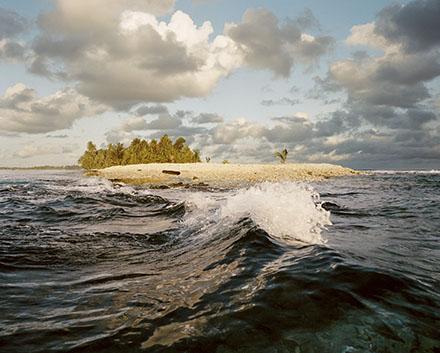 Atoll de Funafuti, ?le de Fongafale. Ne depassant pas 4 metre a son sommet, l'ile est quasi plate. Une vague puissante suffirait a la rayer de la carte de l'ocean pacifique.