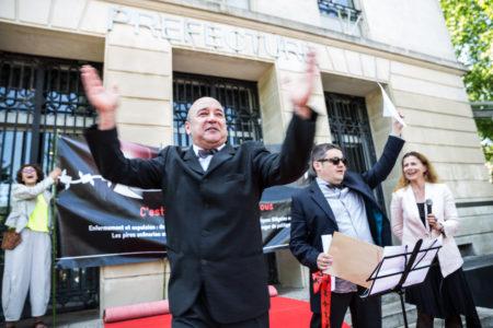 """La Cimade a organisé les Charters Awards pour dénoncer les pratiques illégales des préfectures durant l'année 2015 en matière d'enfermement et d'expulsion des étrangers. La préfecture de Loire Atlantique s'est vue remettre le prix """"Je vais bien, ne t'en fais pas"""", concernant les expulsions au détriment de la santé des migrants."""