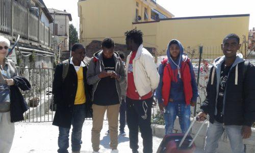 les jeunes à la valise devant la caritas