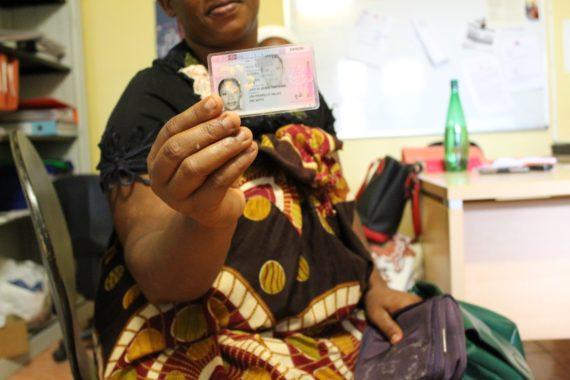 Une personne décasée montrant son titre de séjour dans les locaux de la Cimade, en février 2016