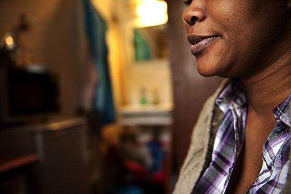 Centre d'hébergement de Massy Cimade où 8 femmes sans papiers y trouvent refuge. Nadia et Tobias, congolaise, afui un mari séquestrateur, violent et pervers. L'insécurité de se retrouver dehors avec son fils tout petit s'est réalisé. Sans papiers, son ex mari a appelé les flics pour la sortir de chez lui. Et c'est ce qui s'est passé. Double violence. Au centre, elle y trouve un refuge mais anéantie et sans ressources. Elle attend sans rien pouvir faire avec comme seule occupation son fils très vivant et actif.  Mars 2013.