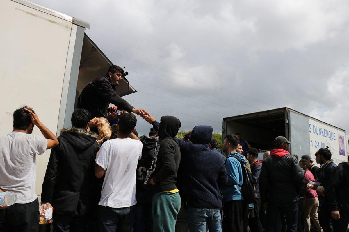 Les exilés participent à la distribution du repas d'Emmaüs.