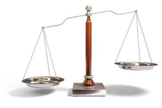 une balance, symbole de la Justice, dont les plateaux sont en déséquilibre