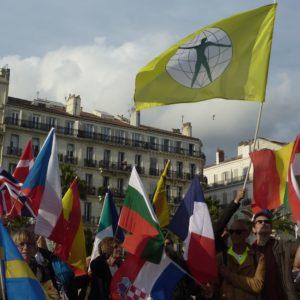 Les citoyens du monde au-dessus des drapeaux