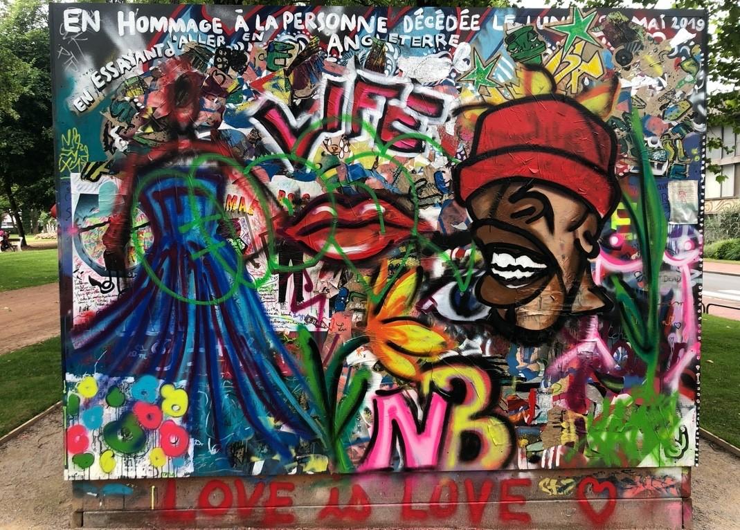 Graffiti partiellement recouvert en hommage à M. Mulule Debesay Gerense, décédé le 21 mai 2019, Calais.
